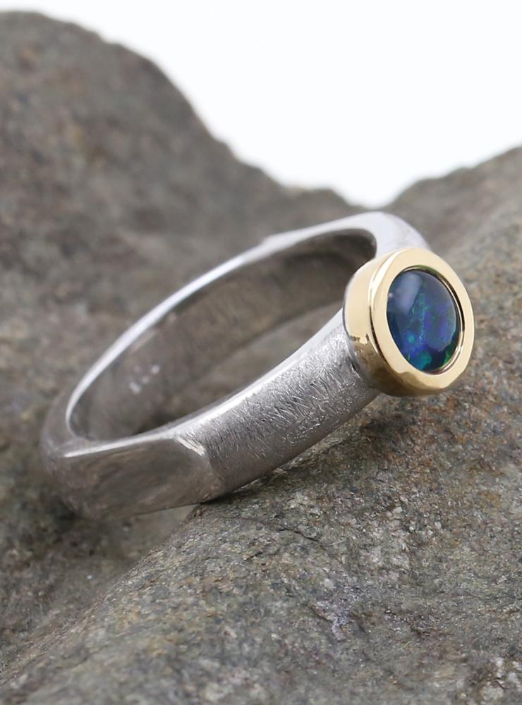 Modern Times: Handgefertigter Ring aus 925er Silber, 750er Gelbgold und Opaltriplette