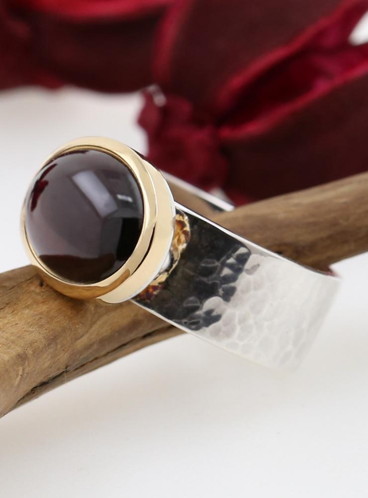 """New Creations"": Handgeschmiedeter Ring aus 925er Silber, 750er Gelbgold und Granat"