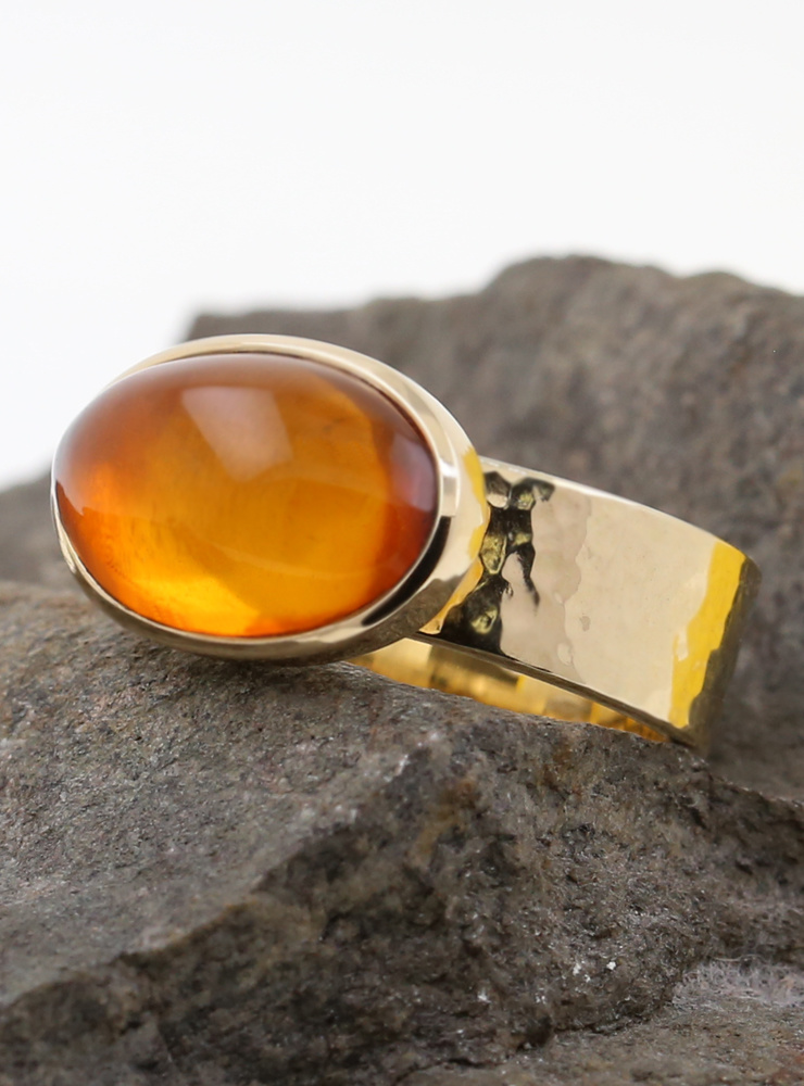 """""""New Creations"""": Handgeschmiedeter Ring aus 585er Gelbgold und Bernstein"""