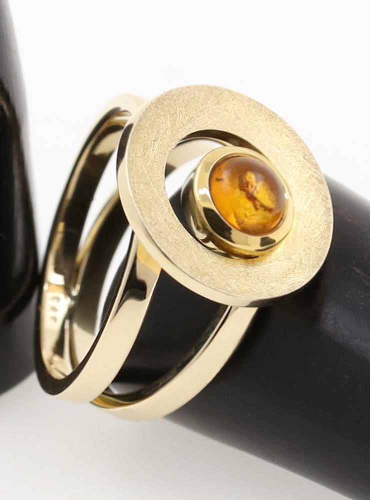 Eyecatcher: Handgeschmiedeter Ring aus 585er Gelbgold und Bernstein