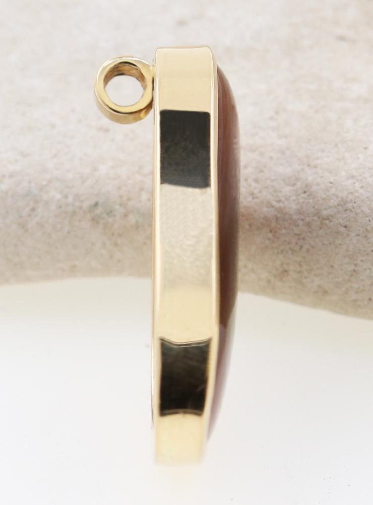 Vesta: handgemachter Anhänger aus 750er Gelbgold und Feuerachat