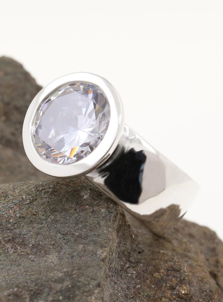 Prunkstück Diamantweiß: Ring aus 925er Silber und Cubic Zirkonia