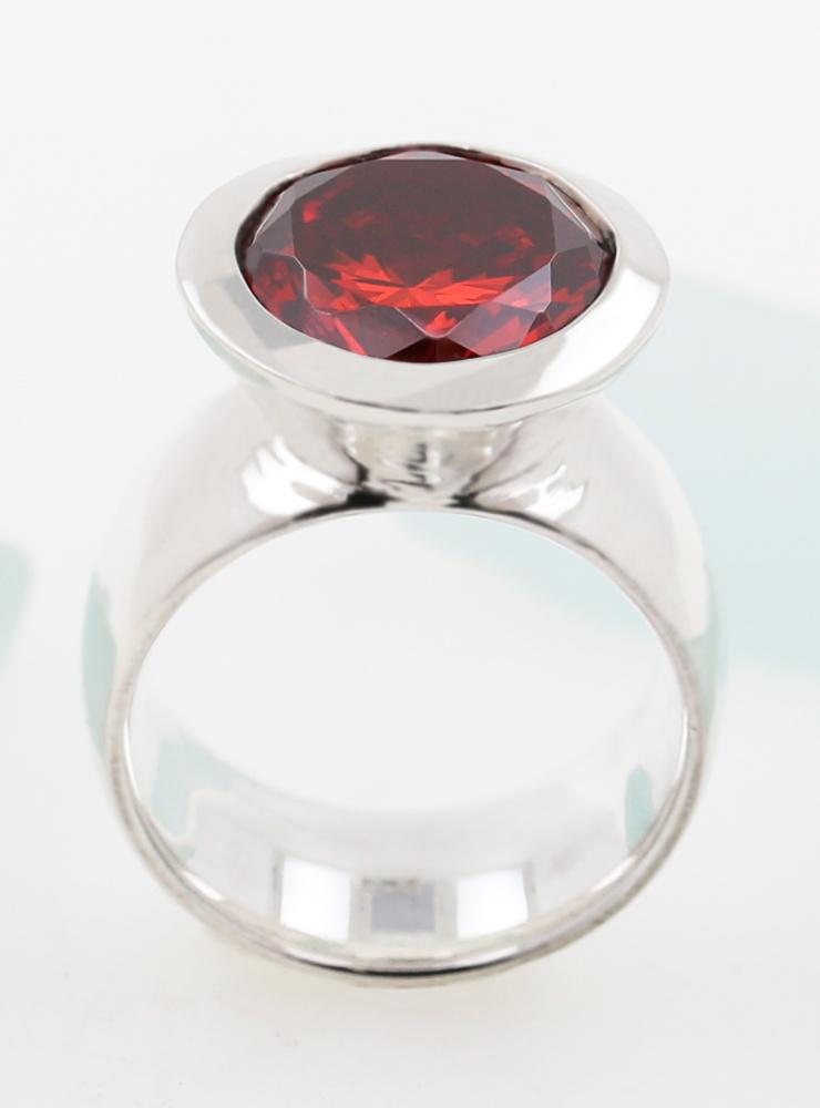 Prunkstück Rubinrot: Ring aus 925er Silber und Cubic Zirkonia