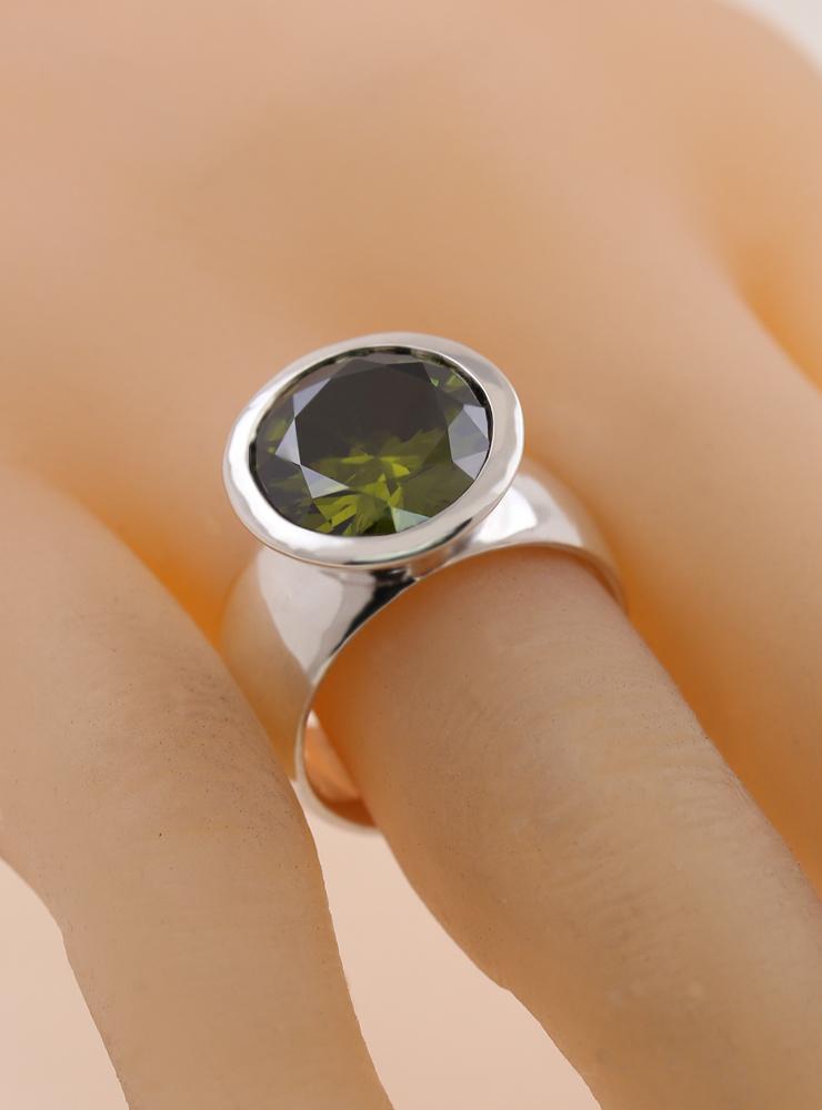 Prunkstück  Peridotgrün: Ring aus 925er Silber und Zirkonia