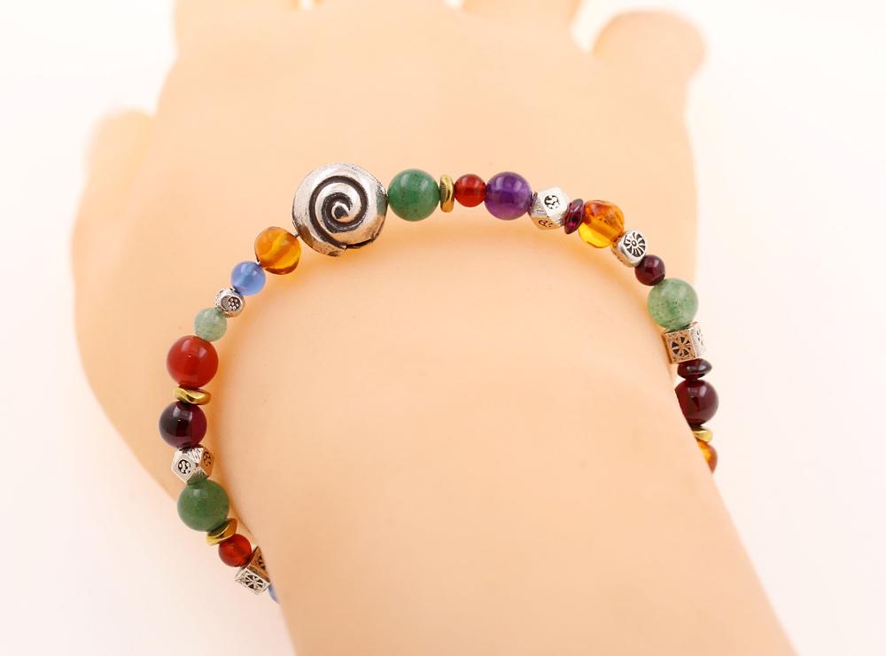 Handgemachtes Armband mit Silberschnecke und Farbedelsteinen