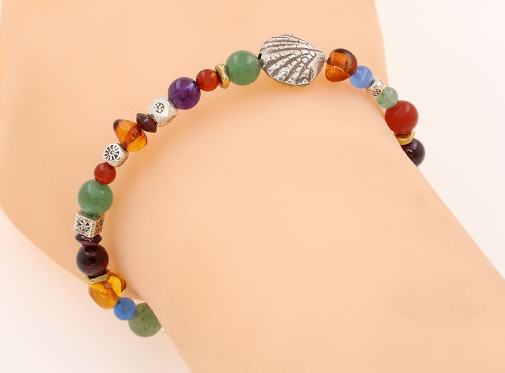 Handgemachtes Armband mit Silbermuschel und Farbedelsteinen