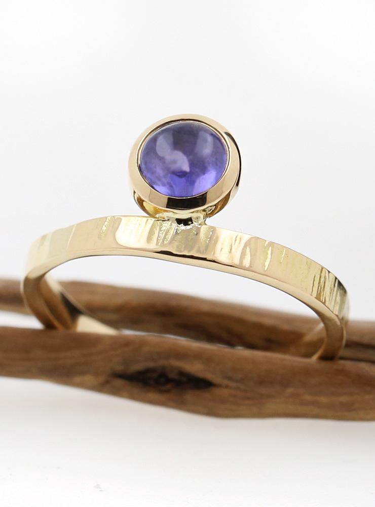 Liane: Handgeschmiedeter Ring aus 750er Gelbgold und Tansanit