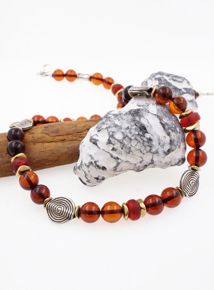 Halskette aus Bernsteinkugeln, rotem Glas, Messing und Silberelementen