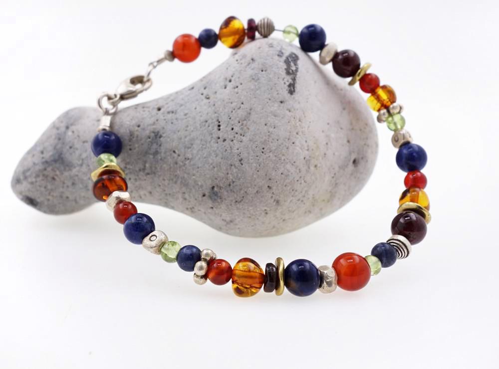 Armband aus Silber, Messing und farbigen Edelsteinen