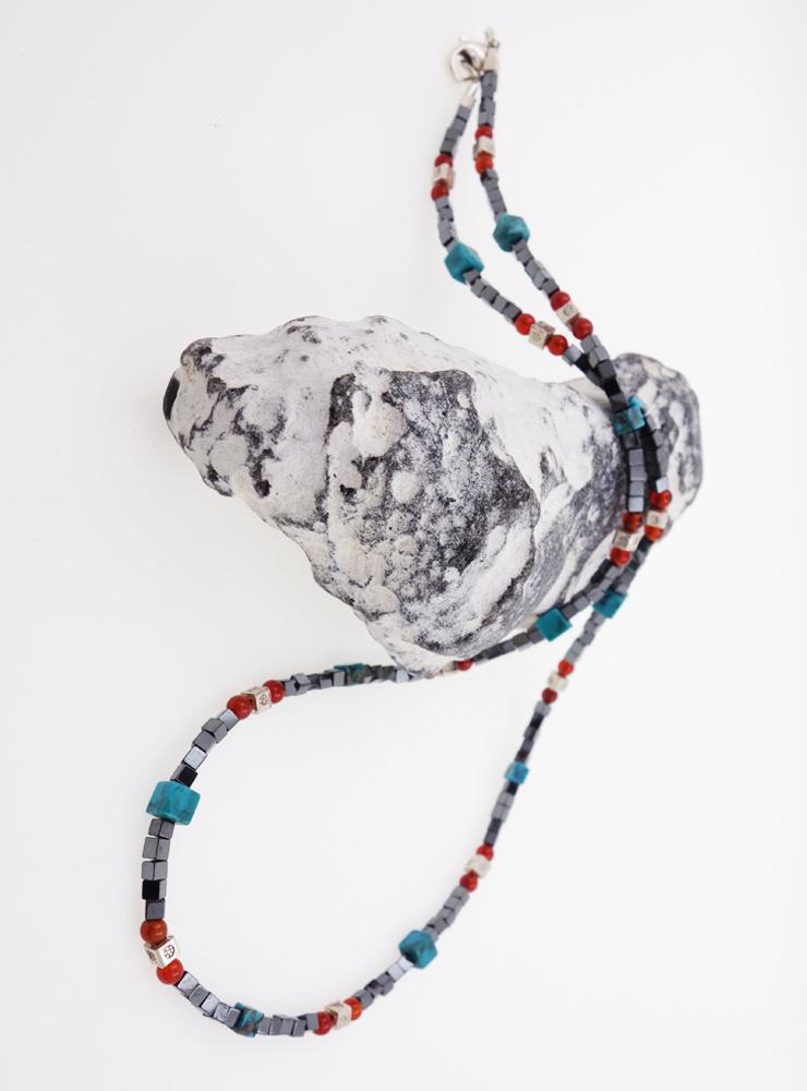 Zierliche Halskette aus Hämatit, Türkis, Carneol und Silber