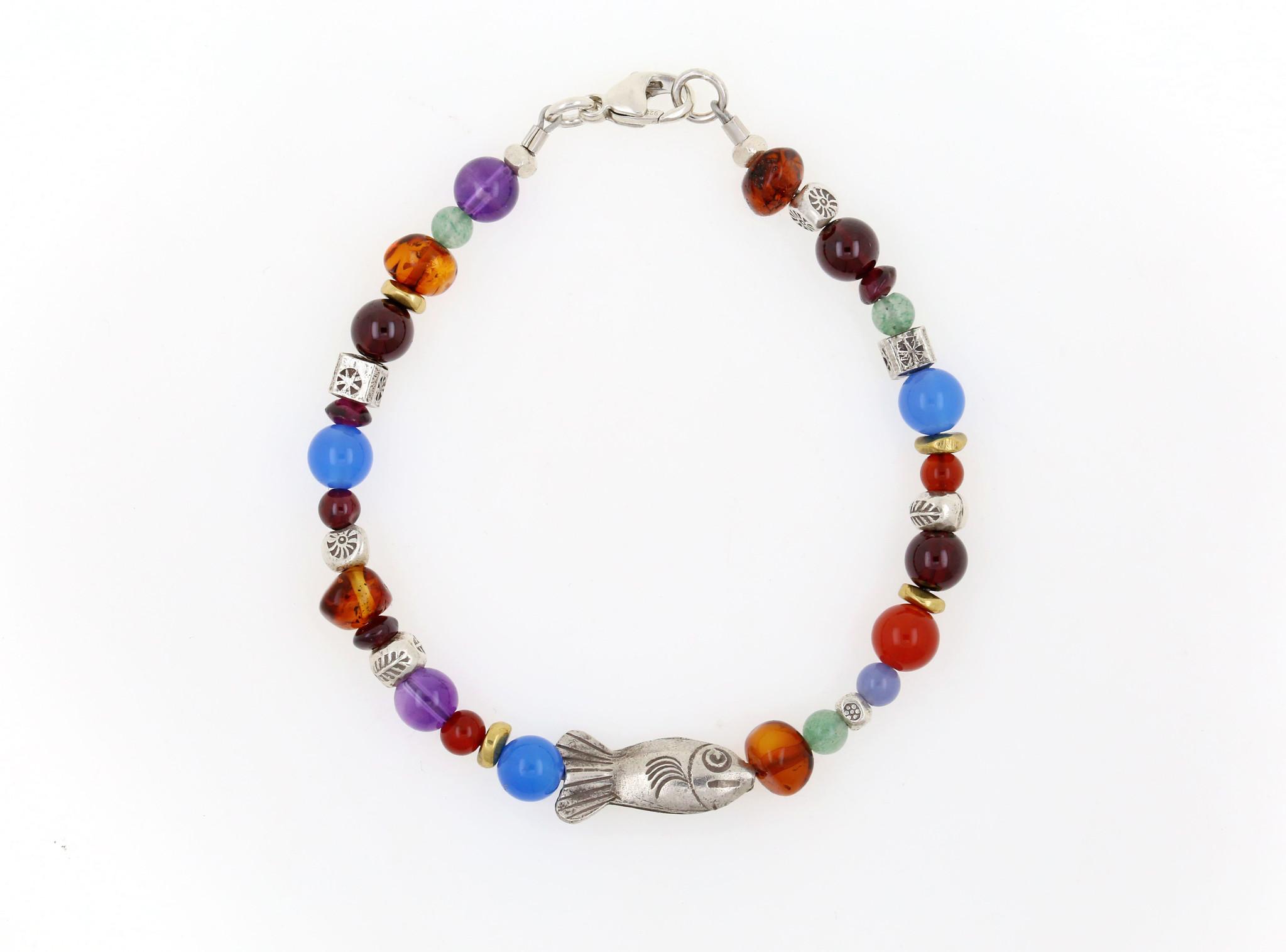 Handgemachtes Armband mit Silberfisch und Farbedelsteinen