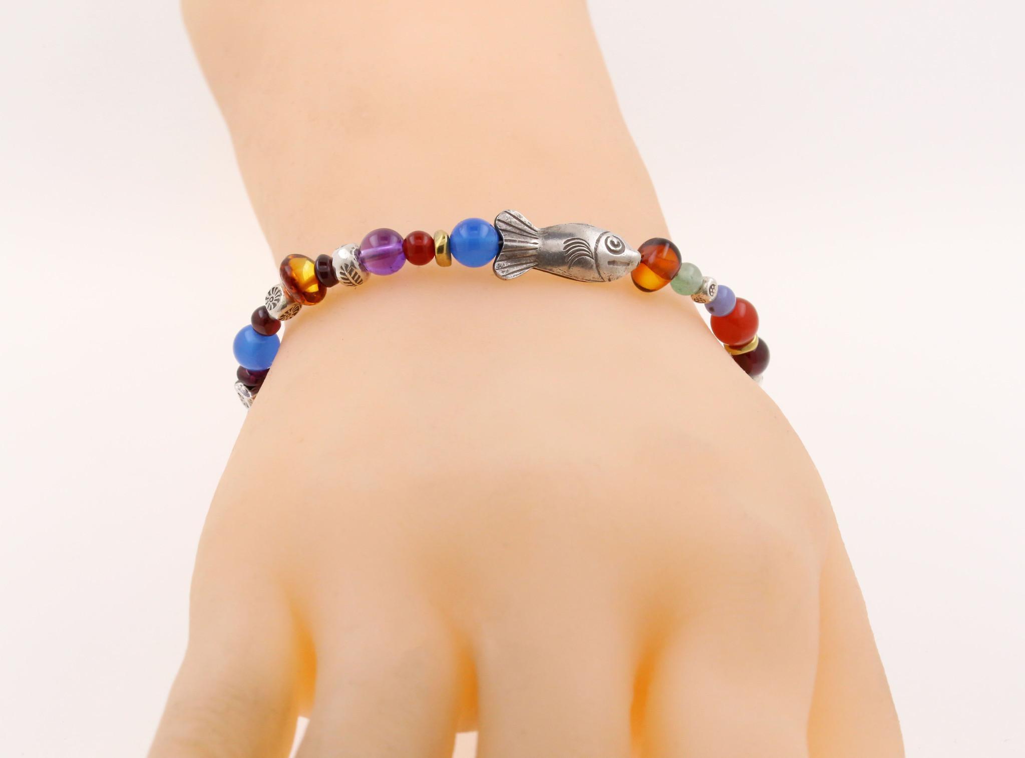 Handgemachtes Armband mit Fisch und Farbeldelsteinen