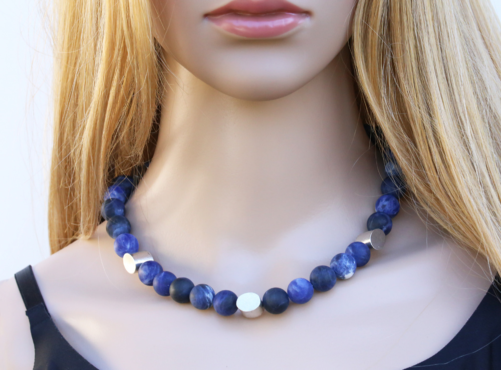 Stilvolle Halskette aus Sodalithkugeln und Silberelementen