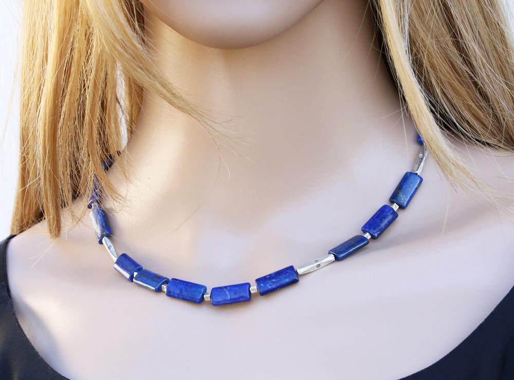 Halskette aus Lapis-Rechtecken und Silberelementen