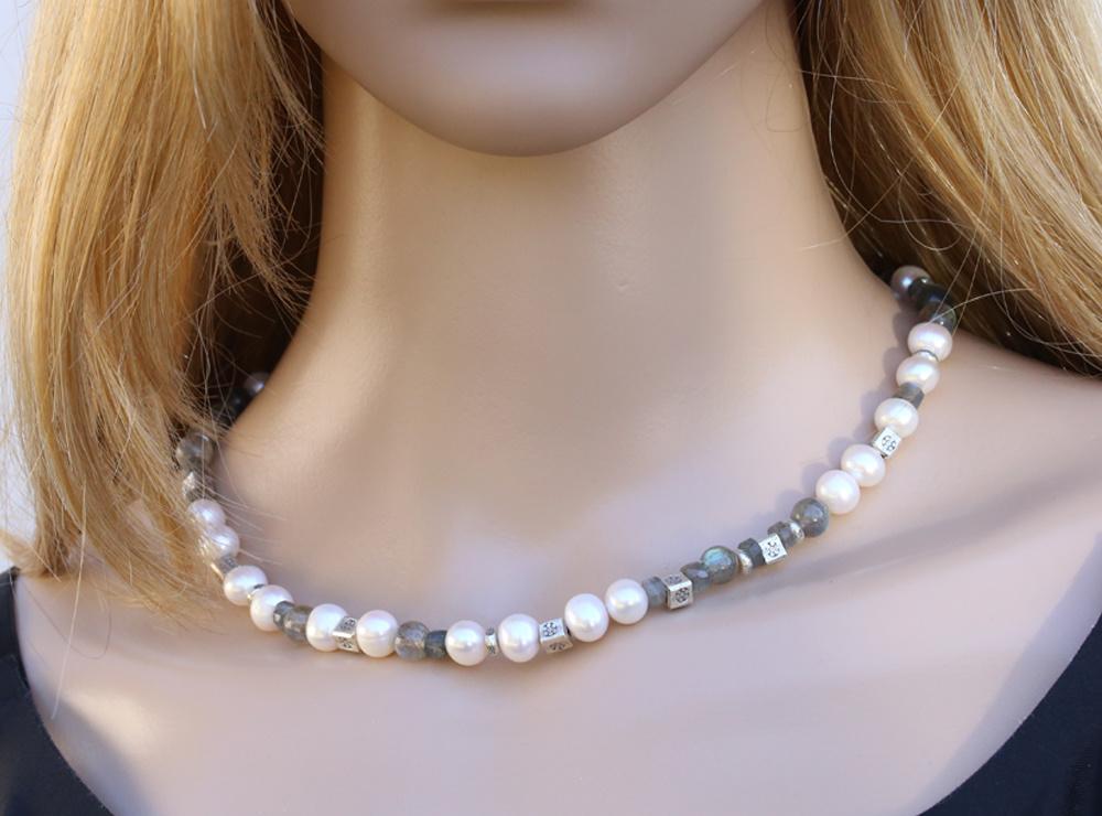 Halskette aus Labradorit, SW-Perle und Silberelemente, groß