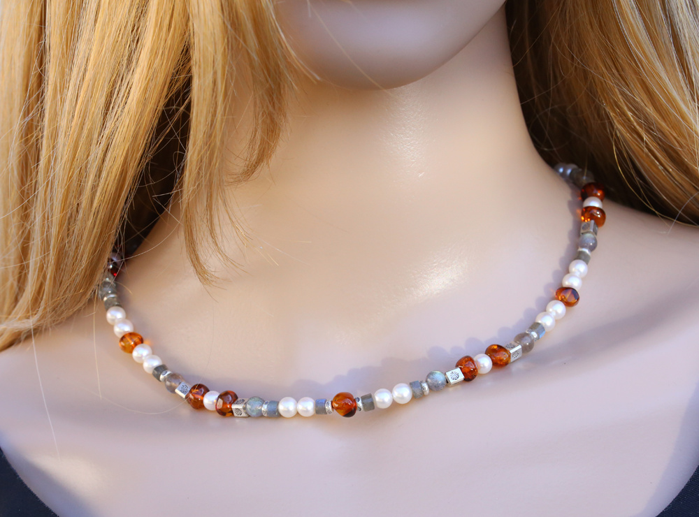 Halskette aus Labradorit, Bernstein, SW-Perle und Silberelemente, klein