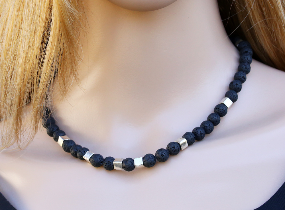 Halskette aus  Lavasteinkugeln und Silberwürfeln, klein