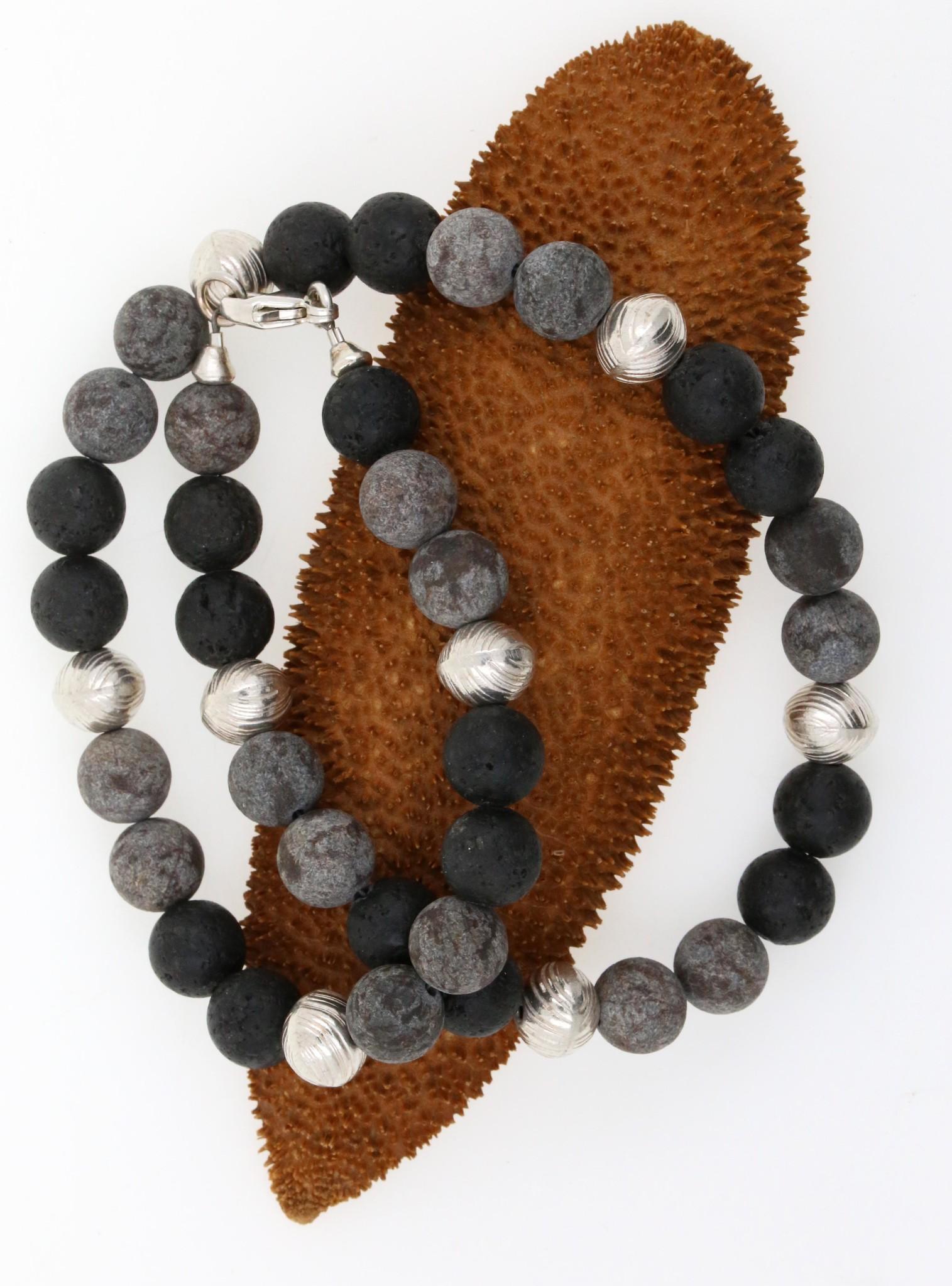 Halskette aus Lavastein, Achat und Silber