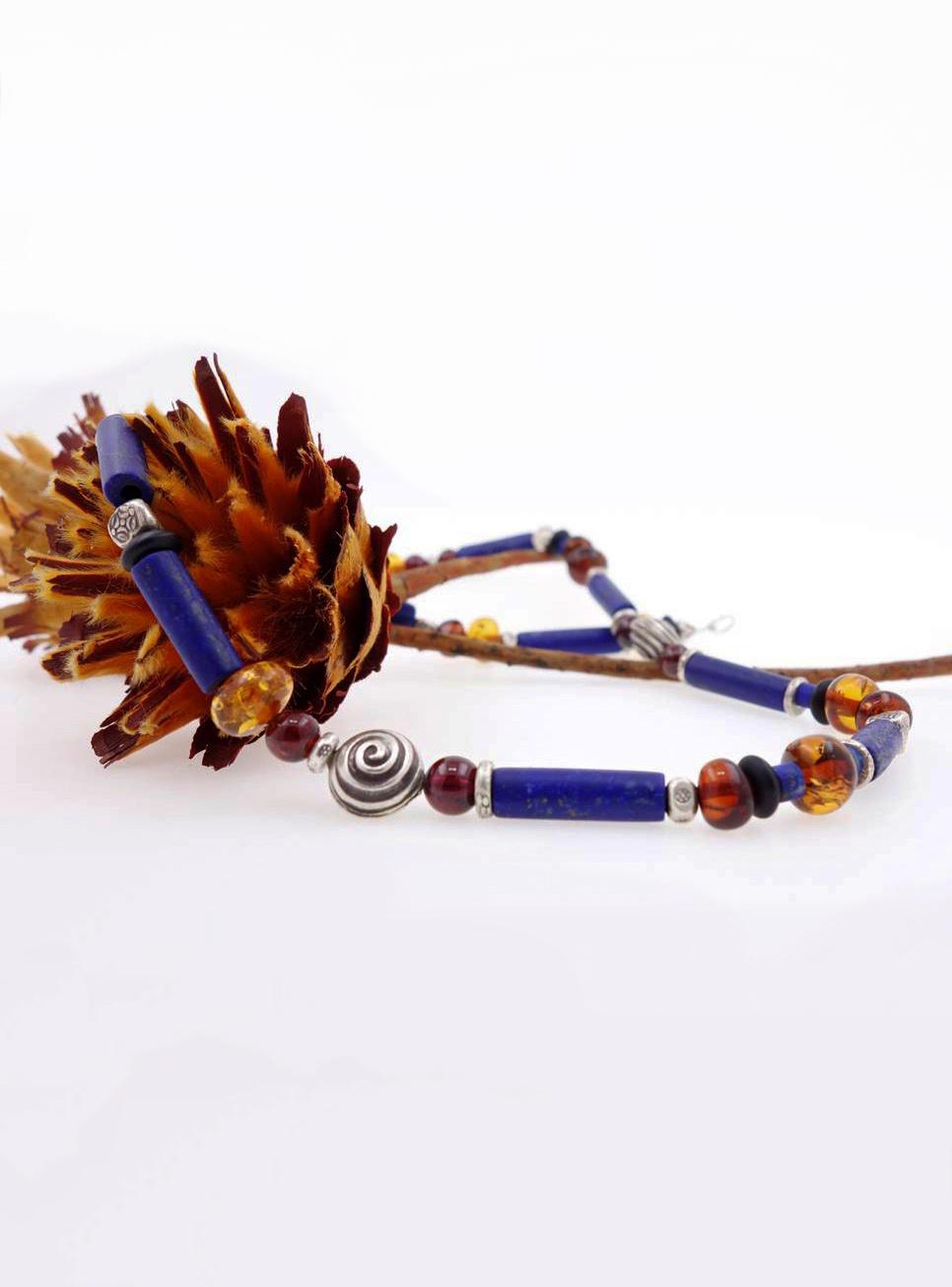 Halskette aus Lapislazuli, Bernstein und 3 Silberschnecken