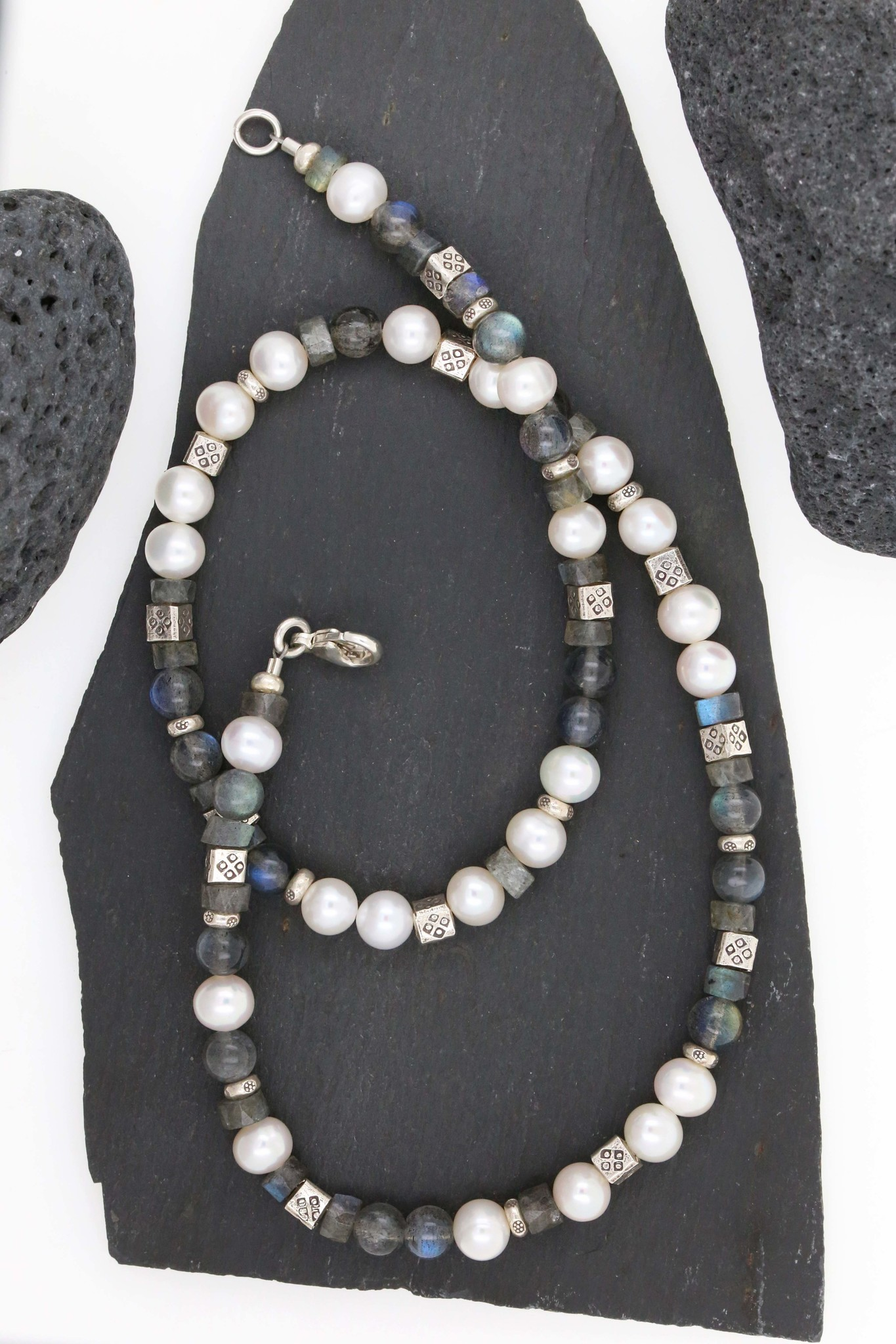 Halskette aus Labradorit, SW-Perle und Silberelemente, klein