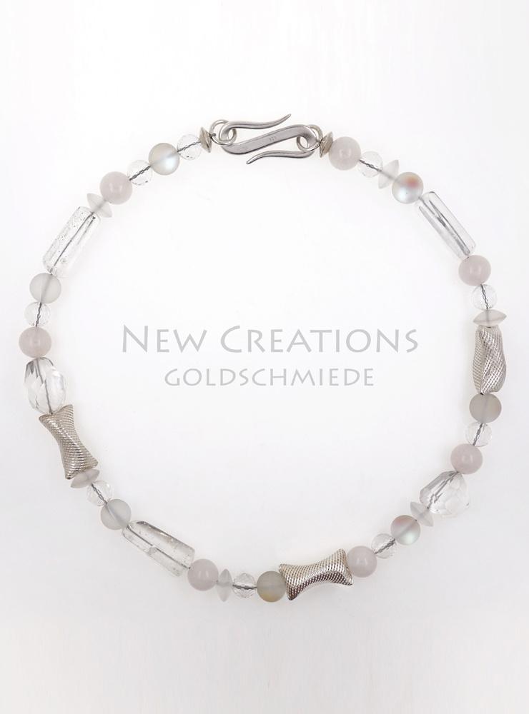 """Halskette """"Schneekönigin"""" aus Bergkristall, Rosenquarz, Glas und Silber"""