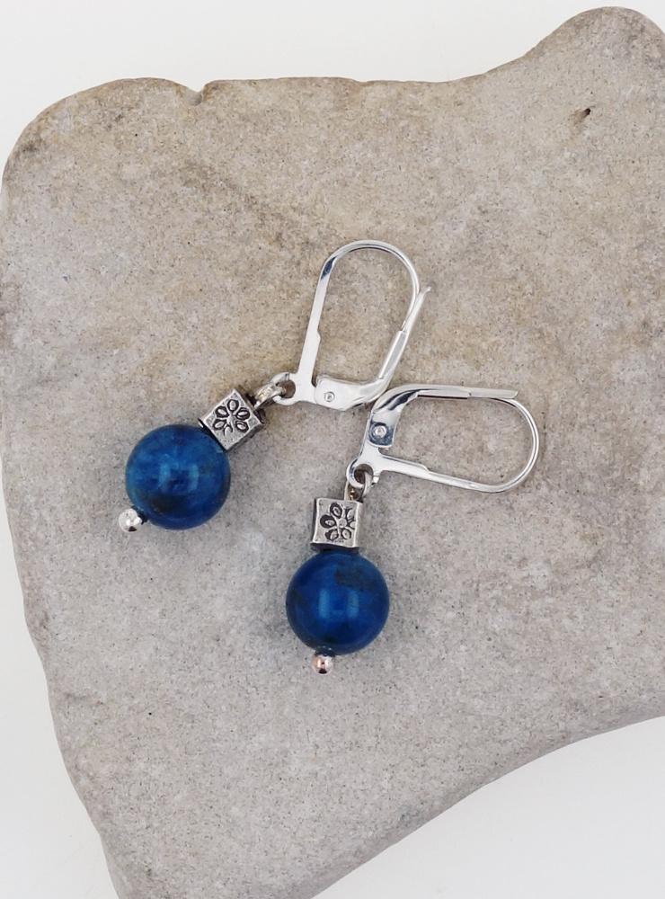 Ohrringe aus Apatitkugel und Silberwürfel