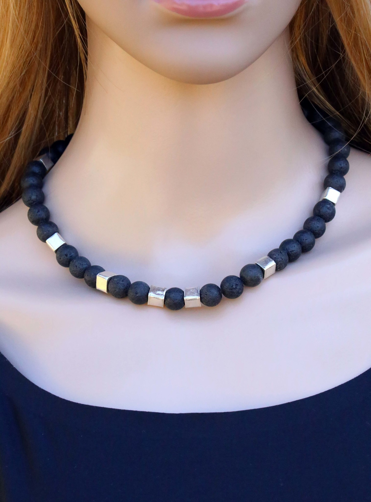 Halskette aus Lavasteinkugeln und Silberwürfeln, groß