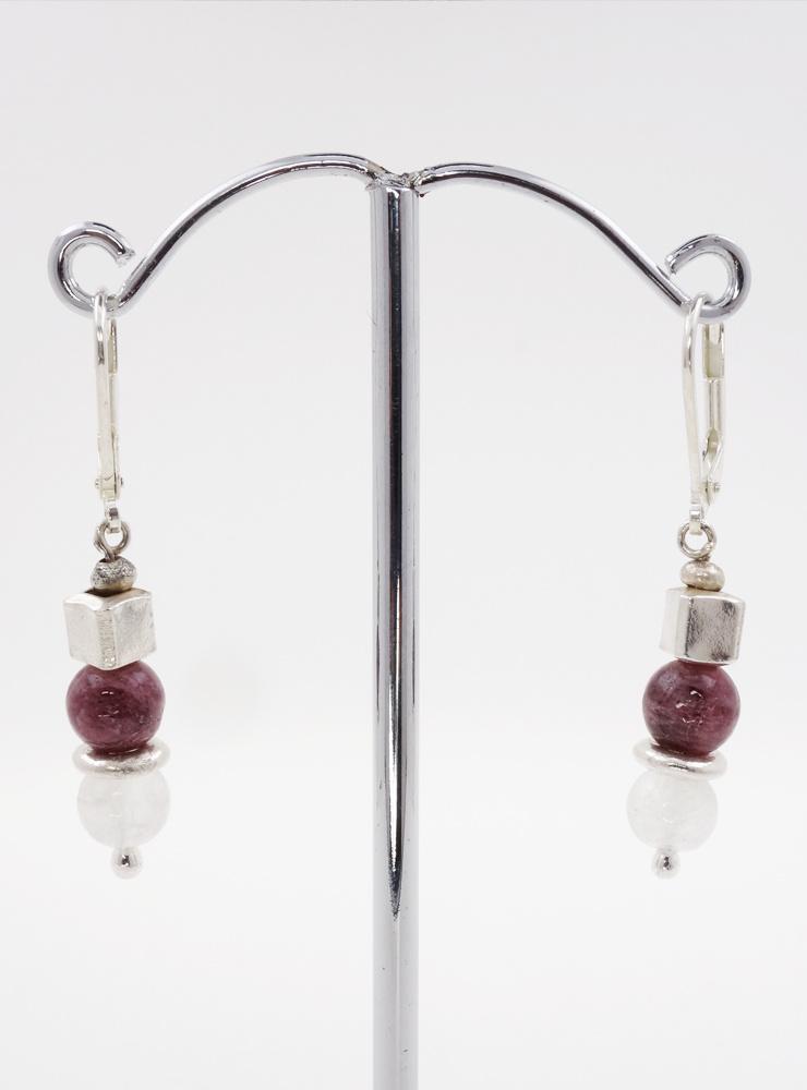 Ohrringe aus  Mondstein, Turmalin und Silberwürfel