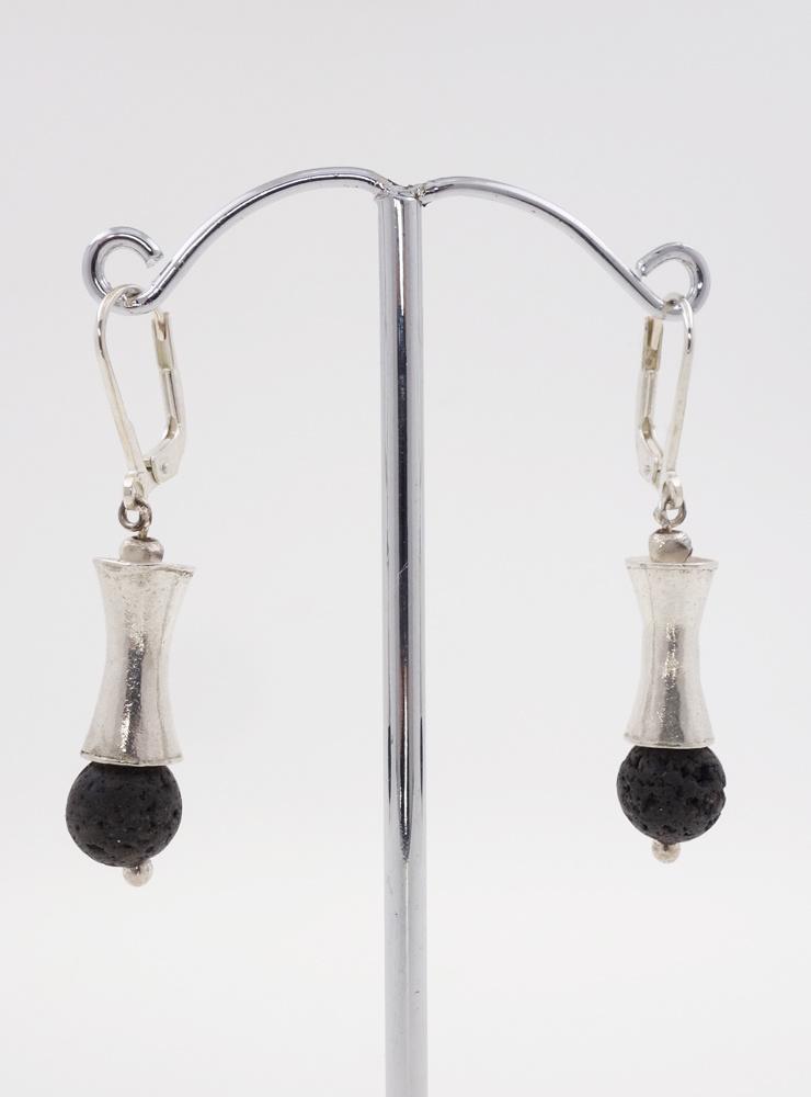 Elegante Ohrringe aus Lavastein und Silberelementen