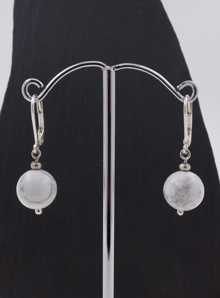 Ohrringe aus Howlithkugeln und Silber