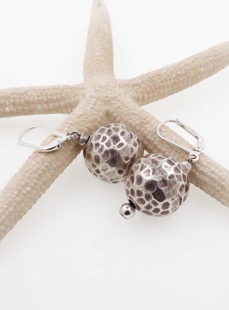 Ohrringe aus gehämmerten Silberkugeln