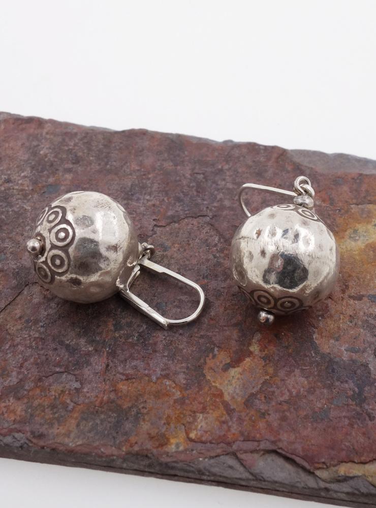 Ohrringe aus verzierten gehämmerten Silberkugeln