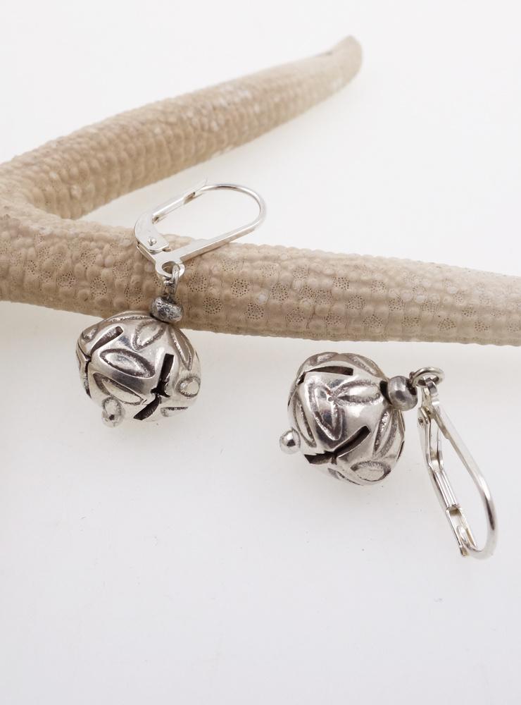 Handgemachte Ohrringe aus verziertem Silber