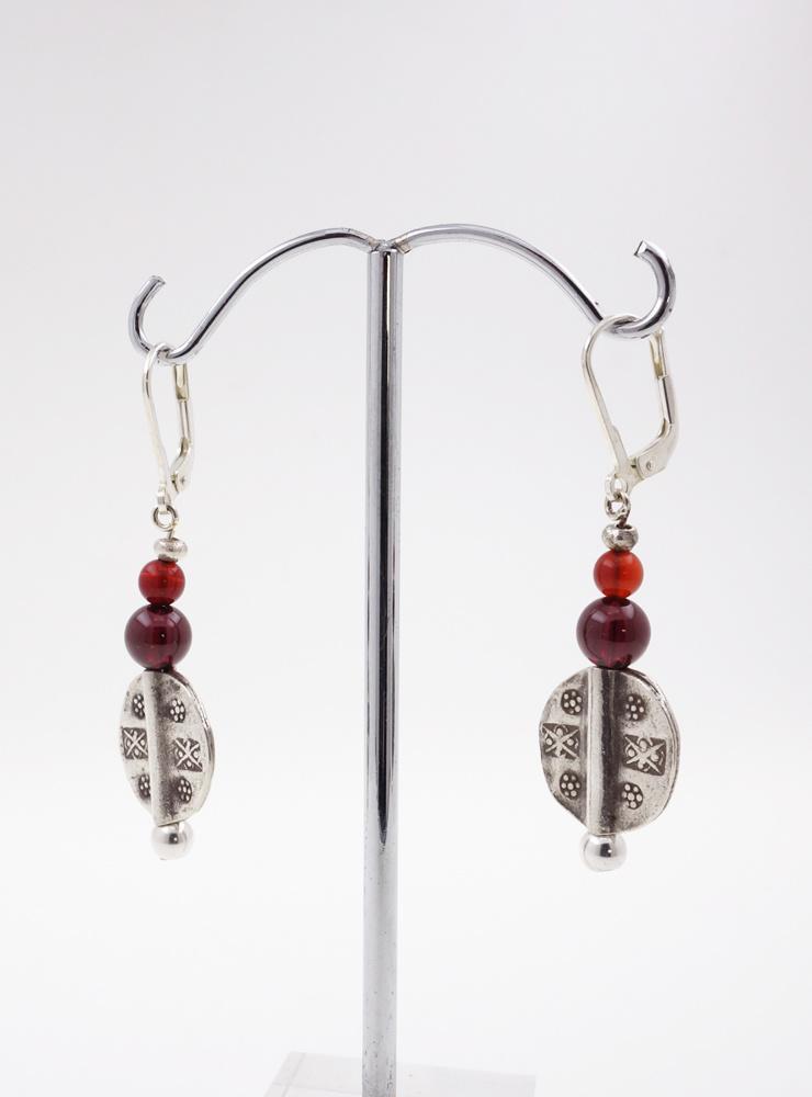 Ohrringe aus Granat, Carneol und Silberelementen