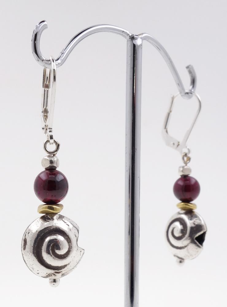 Ohrringe aus Granat, Messing und Silberschnecke