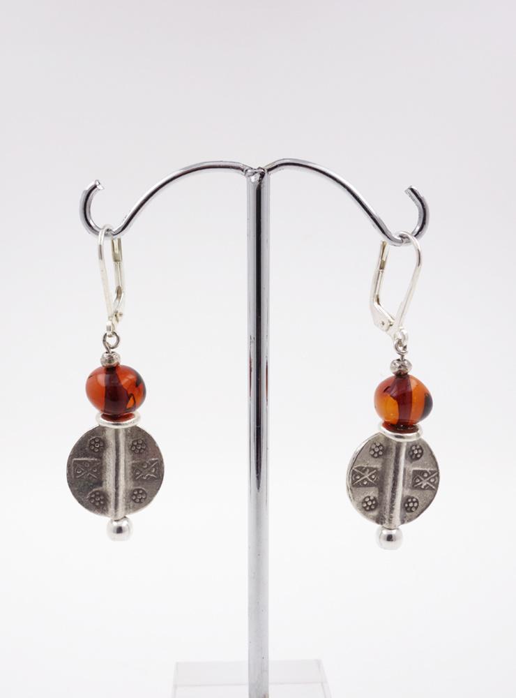 Ohrringe aus Bernstein und verzierten Silberelementen