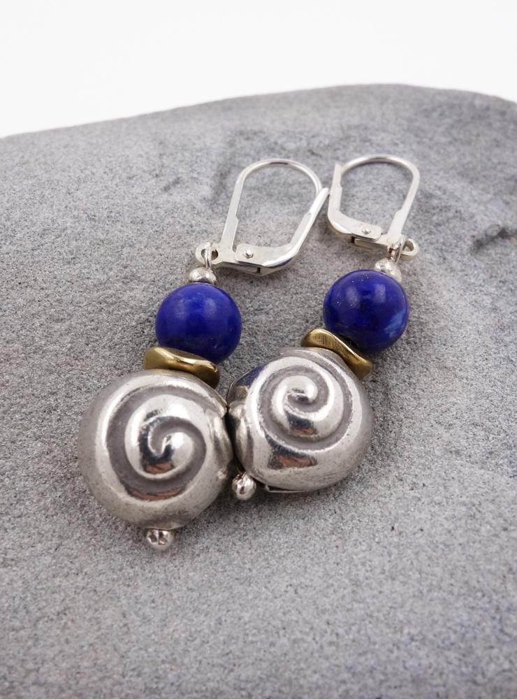 Ohrringe aus Lapislazuli, Messing und Silberschnecke