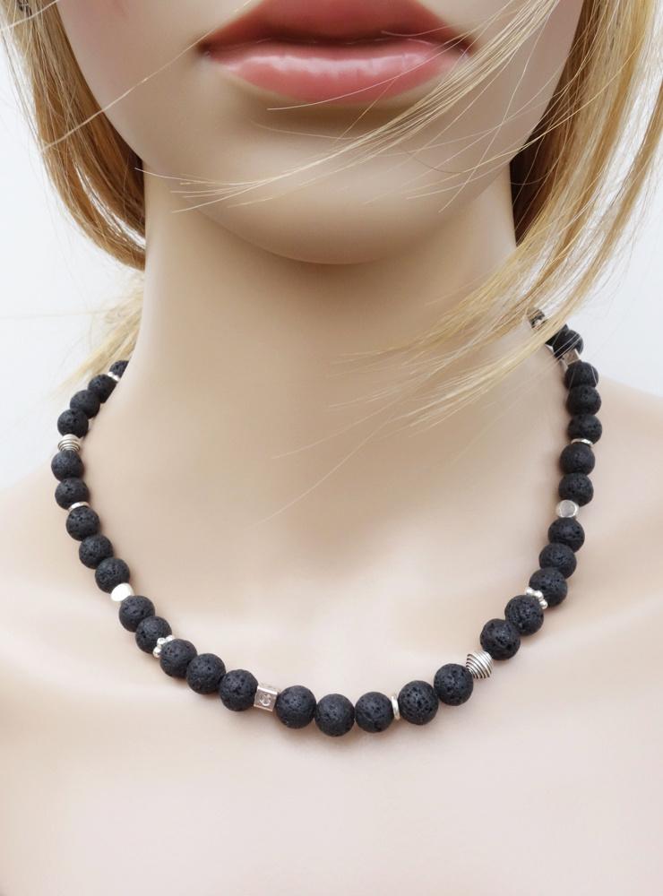 Handgefertigte Halskette aus Lavakugeln und verschiedenen Silberelementen
