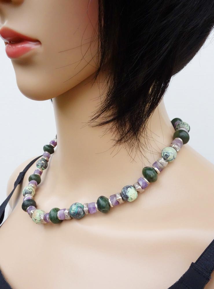 Halskette aus Chrysokoll, Nephrit, Amethystquarz und Silber