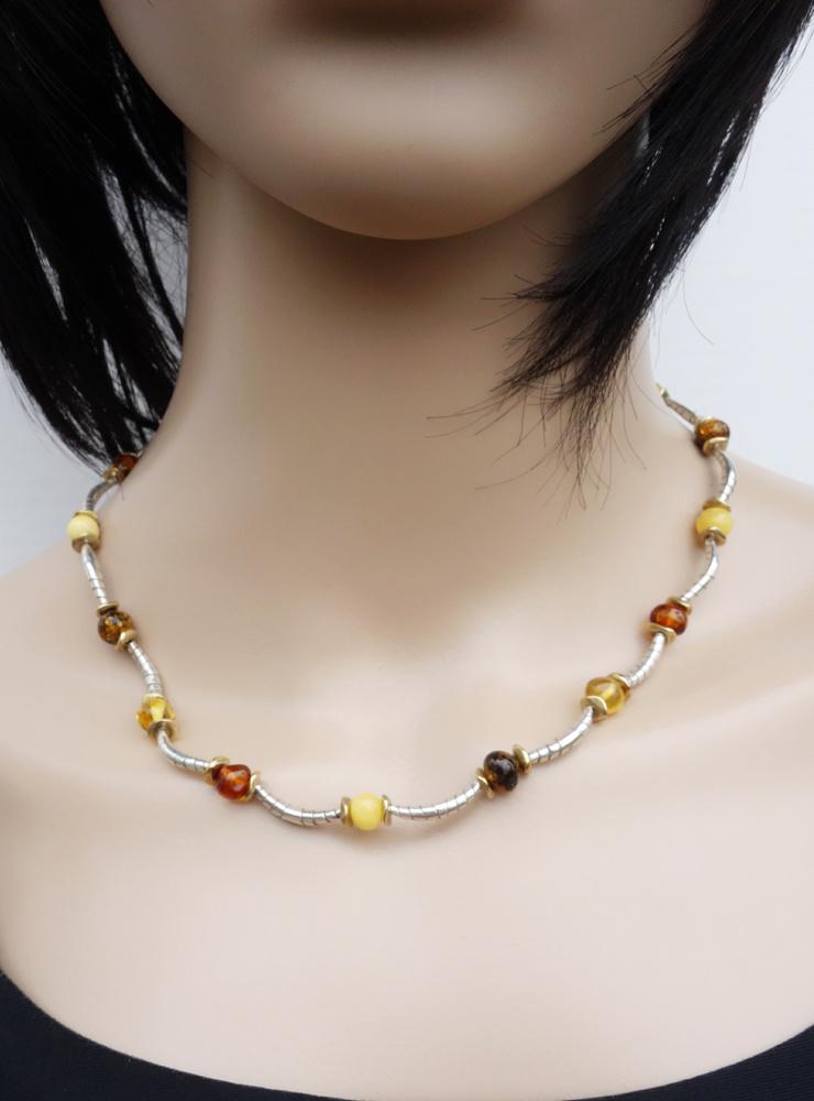 Halskette aus Silberbögen, Messing und Bernstein