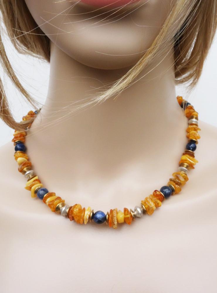 Halskette aus Bernstein, Sodalith, Messing und Silber