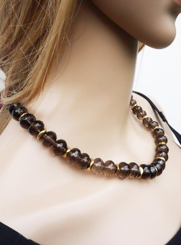 Halskette aus facettiertem Rauchquarz und Messing