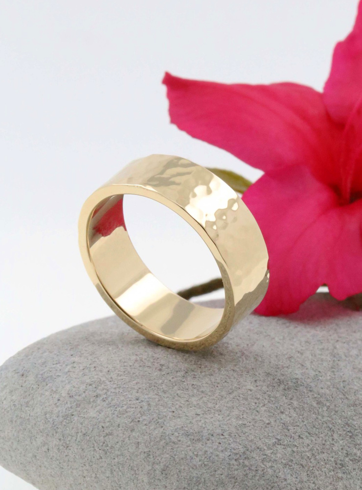 Hammerschlag: Handgeschmiedeter Ring aus 750er Gelbgold