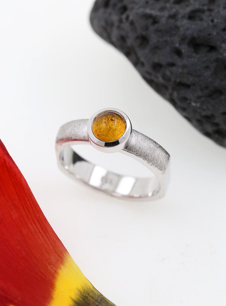 Modern Times: Handgefertigter Ring aus 925er Silber und Bernstein
