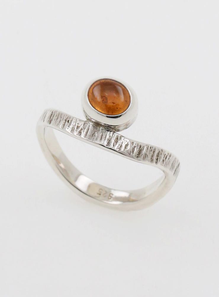 Liane: Handgeschmiedeter Ring aus 925er Silber und Mandarin Granat