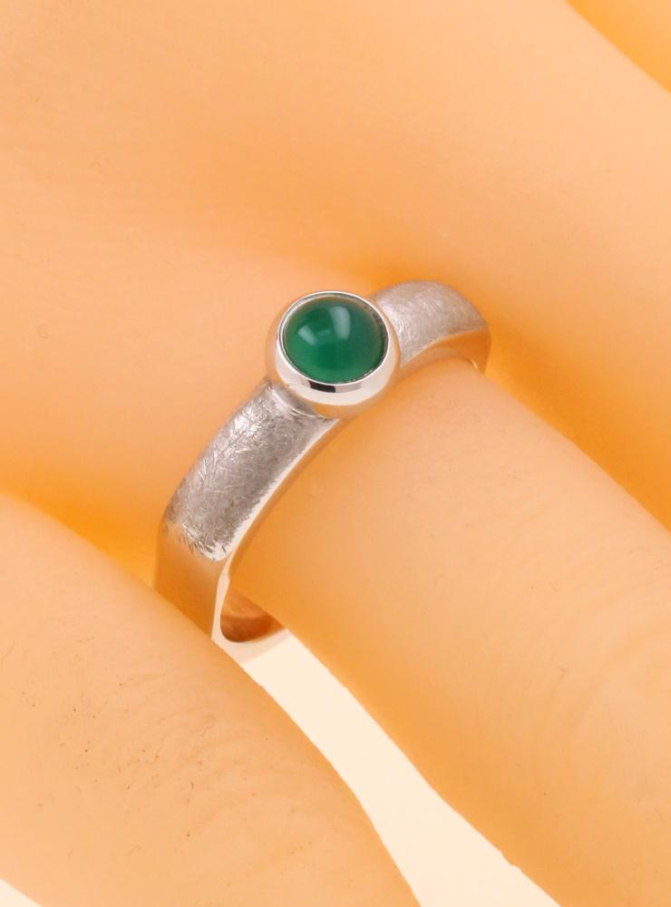 Modern Times: Handgefertigter Ring aus 925er Silber und grünem Achat