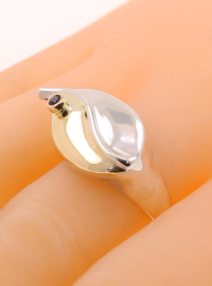 Welle: Ring aus 925er Silber, 750er Gelbgold und Rubin