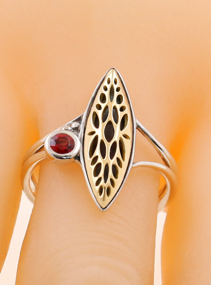 Joli: Ring aus 925er Silber, 750er Gelbgold und Rubin