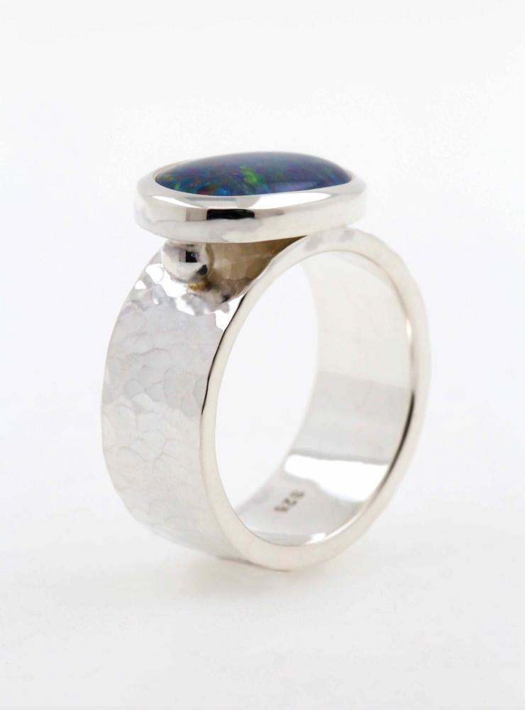 New Creations: Handgeschmiedeter Ring aus 925er Silber und Opaltriplette