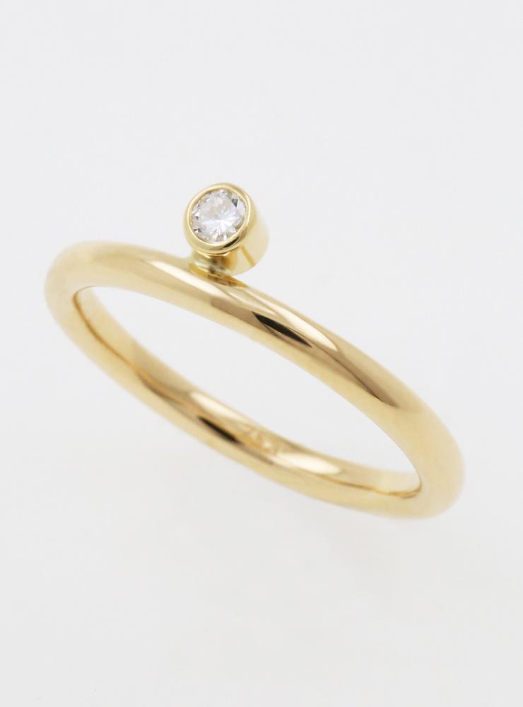 Ringlein 2: Ring aus 750er Gold und seitlichem Diamant